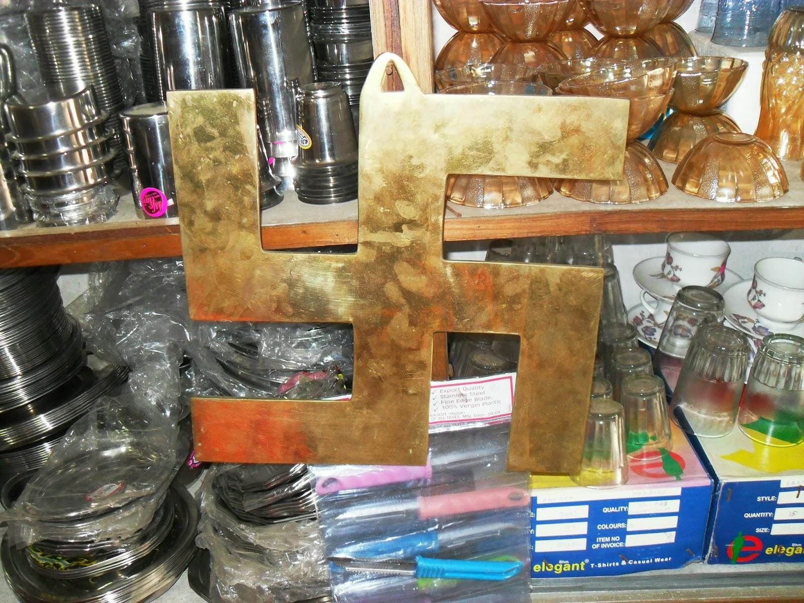 символ свастики продается в магазинах как элемент декора