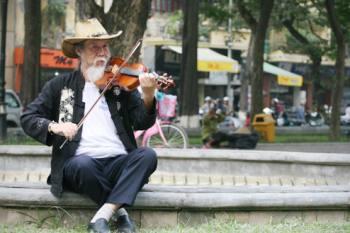 Nghệ sĩ đường phố' chơi violin ở Hà Nội