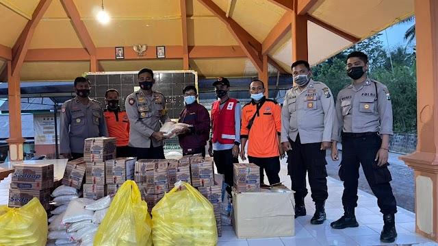 Kapolres Beri Paket Sembako Untuk Warga Terdampak Gempa di Pasrujambe