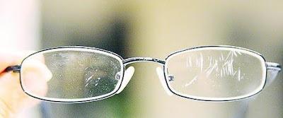 Cara Membersihkan Lensa Kacamata