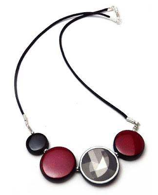 collier rouge noir dessin dans la série insoupçonnable de TF1