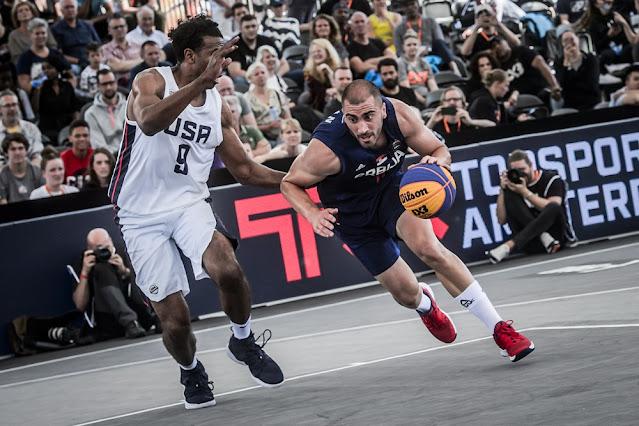Dusan Bulut em ação pela Sérvia contra o Estados Unidos