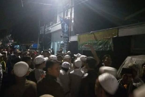 Ratusan Anggota Banser dan Ormas Serang Rumah Ketua FPI DKI Jakarta