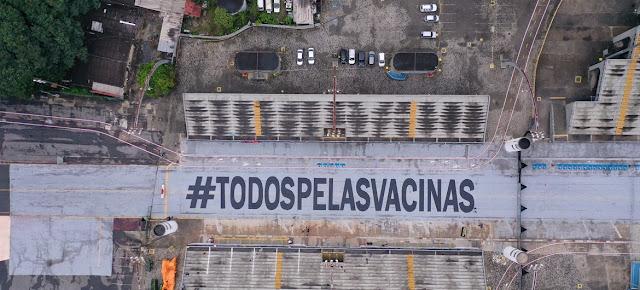 """Un mensaje de """"Todos por las vacunas"""" en el sambódromo de Sao Paulo.Fabio Bardella & André Michiles"""