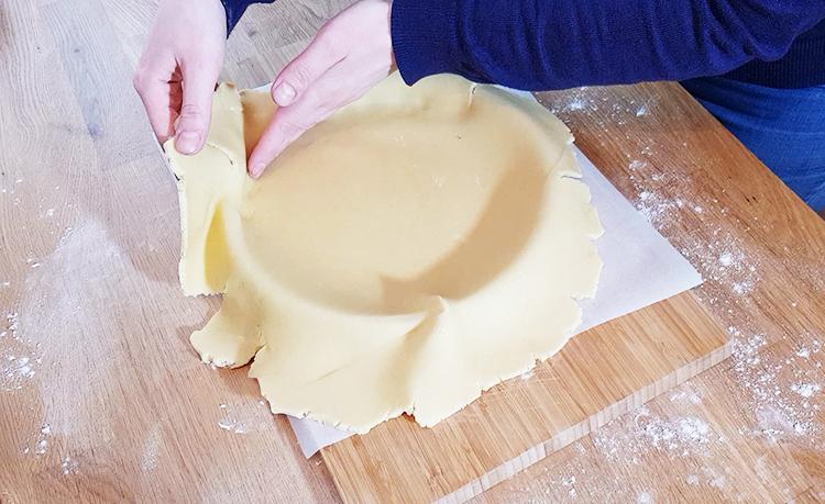 Foncer la pâte sucrée sur le cercle à tarte