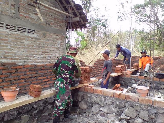 Babinsa Wonosari Bantu Pengerjaan  RTLH Di Desa Binaan