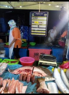Harga ikan Kerisi adalah RM 15. Kelihatan juga ikan pari.