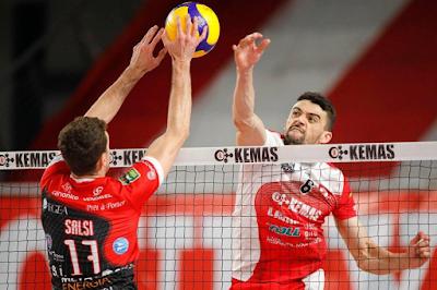 Walla atacando pelo Volley Lupi Santa Croce