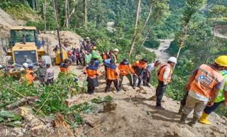 Alat Berat Beserta Operatornya Terseret Longsor dari Ketinggian Ratusan Meter di Batang Toru