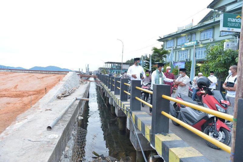 Isdianto Tinjau Pembangunan Jalan Selayang Pandang Tarempa Anambas