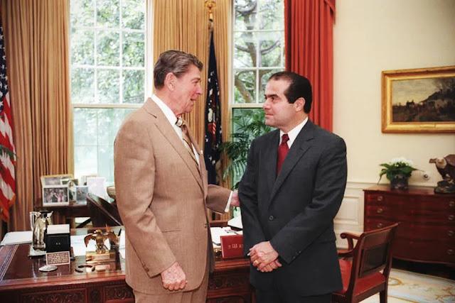 Il presidente Ronald Reagan parla con l'allora candidato alla Corte Suprema Antonin Scalia nello Studio Ovale, nel 1986 circa.