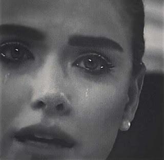 صور بنت حزينة تبكي