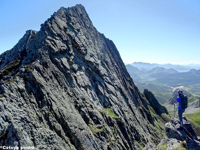 Una mirada al espolón oeste del Pico Torres antes de la ascensión.