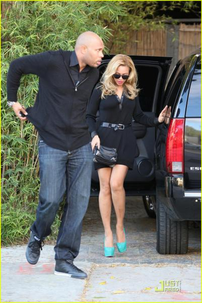 hot celebrities pics-Beyonce Knowles Sexy Pics photos in a Little Black Dress and Turquoise Heels