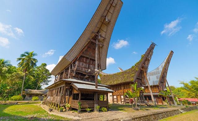 Tongkonan adalah rumah adat masyarakat Toraja. Tongkonan berasal dari kata tongkon yang artinya duduk bersama-sama. Suku Toraja yang memiliki rumah adat ini berada di pegunungan yang berbatasan dengan Kabupaten Enrekang, Sulawesi Selatan.
