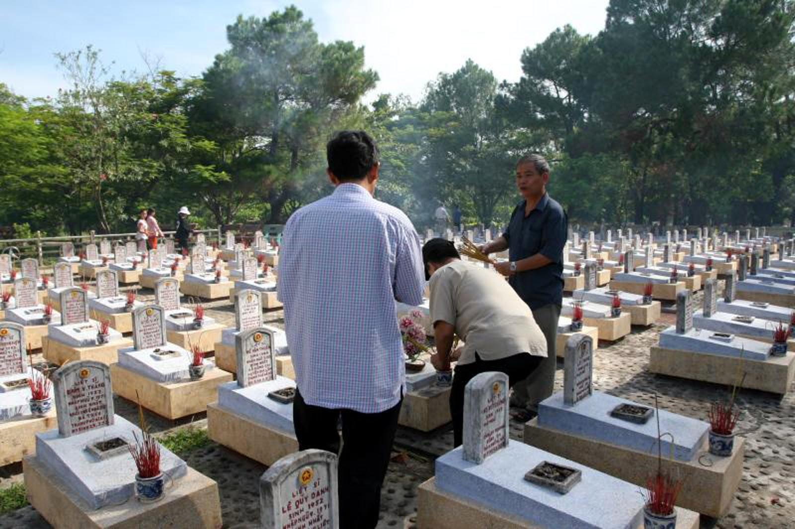 đoàn các gia đình của Cục TCĐT tổ chức thăm Nghĩa trang Trường Sơn và viếng mộ bạn Mạnh Minh.