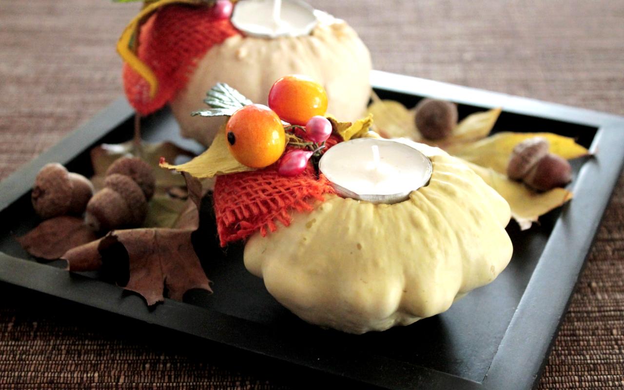 Decorare la tavola per l'autunno con zucche e candele