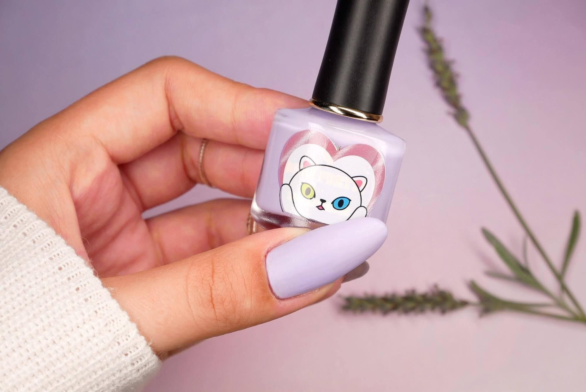 lawendowy kolor paznokci
