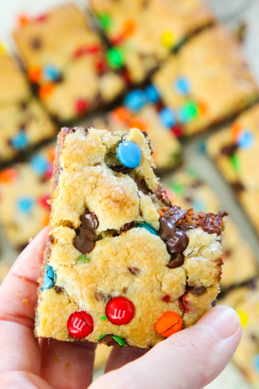 m&m chocolate chip blondes. M&M bars. Blondies recipe. Rainbow blondies. M&M brownies. Brown butter m&m blondies. M&M cookie recipes. The best m&m dessert recipes. Easy family night recipes. The best cookie bar recipe. Cookie bar recipes. The best cookie cake recipe. #cookies #chocolate #baking #cookiecake #cookiebars