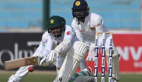 De quickfire-dûbel fan Fernando fermindert Pakistan nei 72-3