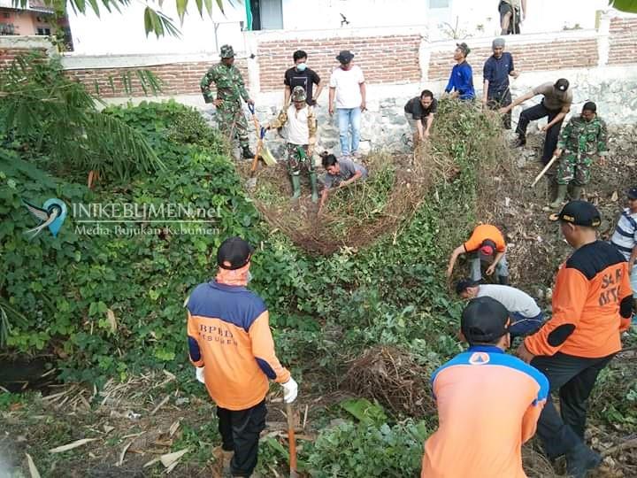 Cegah Banjir Terulang, Warga Perumahan GJI Kebumen Ruwat Kali Krasak