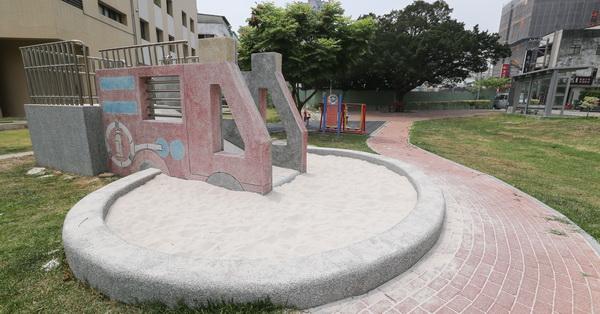 台中西屯|惠民公園|紅色消防車磨石子溜滑梯|沙坑|特色公園|親子|12感官遊具