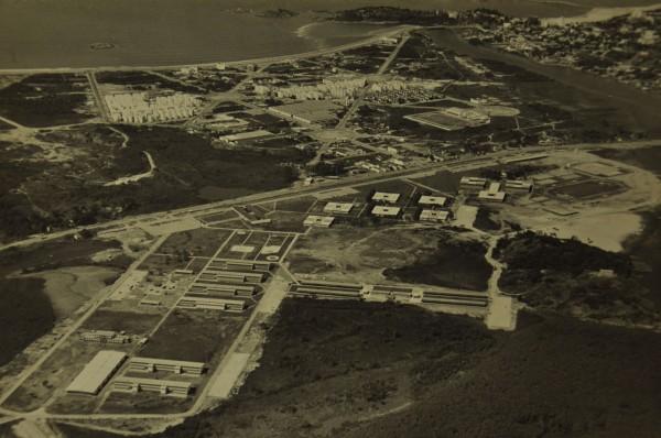 Vista aérea da UFES, Jardim da Penha e Praia do Canto. Fotógrafo não identificado.