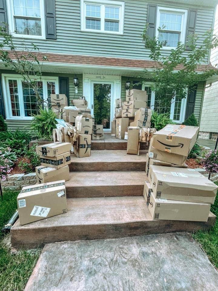 Mujer recibe más de 150 paquetes de Amazon que nunca pidió y donó todo lo que le llegó a un hospital