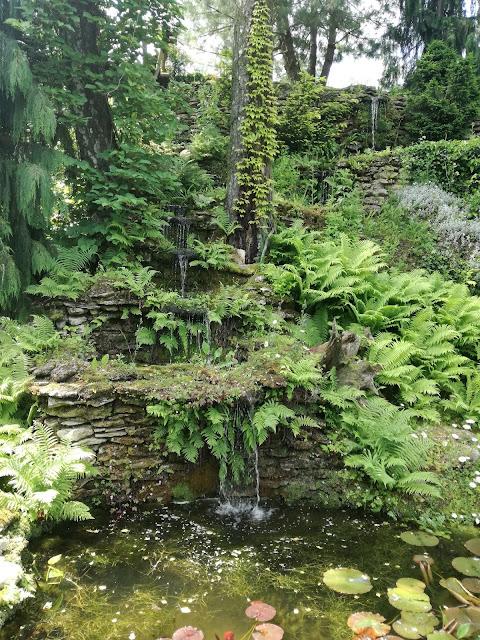 naturalistyczna kaskada wodna, wodospad w ogrodzie