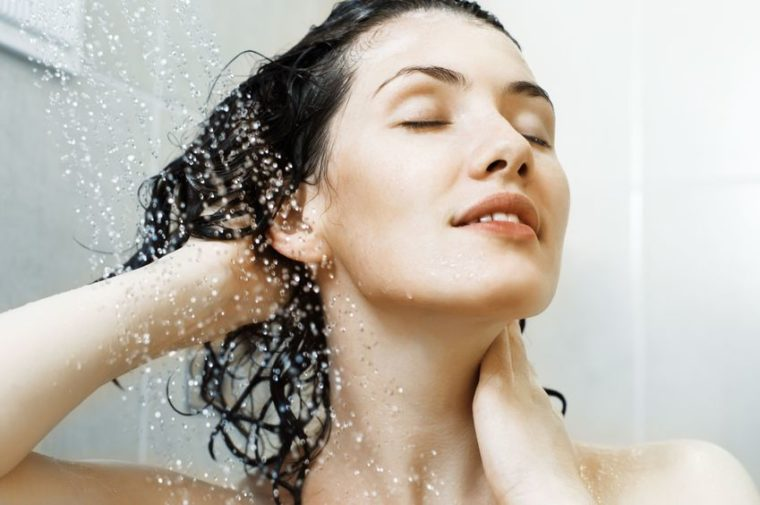Maman chaude prenant une douche