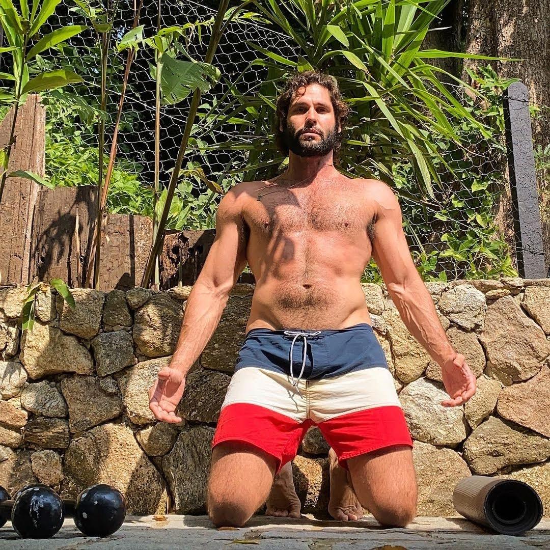 Dudu Azevedo faz treino com halteres todos os dias ao ar livre. Foto: Arquivo pessoal