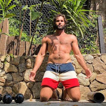 Sem camisa, Dudu Azevedo faz treino com pesos ao ar livre