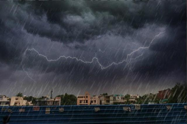 শক্তি বাড়াচ্ছে নিম্নচাপ, মহাষষ্ঠীর সকালেই বৃষ্টিতে ভিজল রাজ্য
