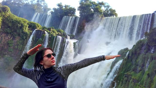 Fazendo pose na trilha inferior das Cataratas.