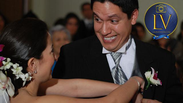 novio hace mueca la novia busca las arras