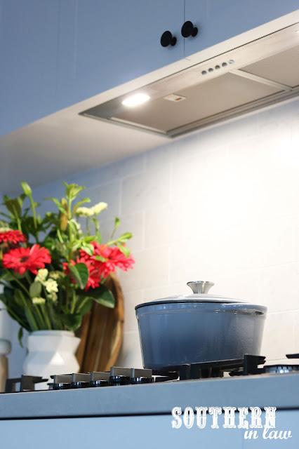 Hidden Undermount Rangehood in Hamptons Shaker Kitchen