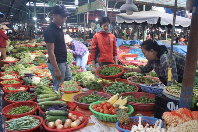 Tại các chợ dân sinh, sức tiêu thụ rau, củ, quả rất mạnh với giá bán tăng lên từng ngày.