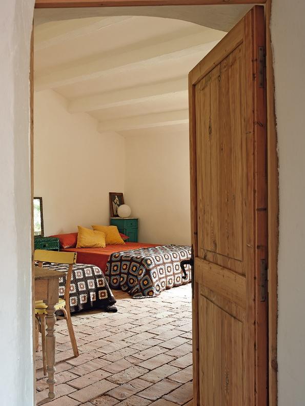 dormitorio de invitados con plaids vintage chicanddeco