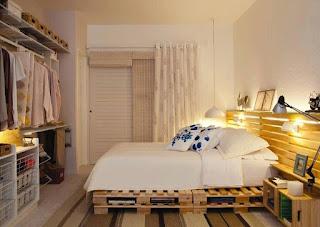 habitacion hecha con palets de madera reciclados
