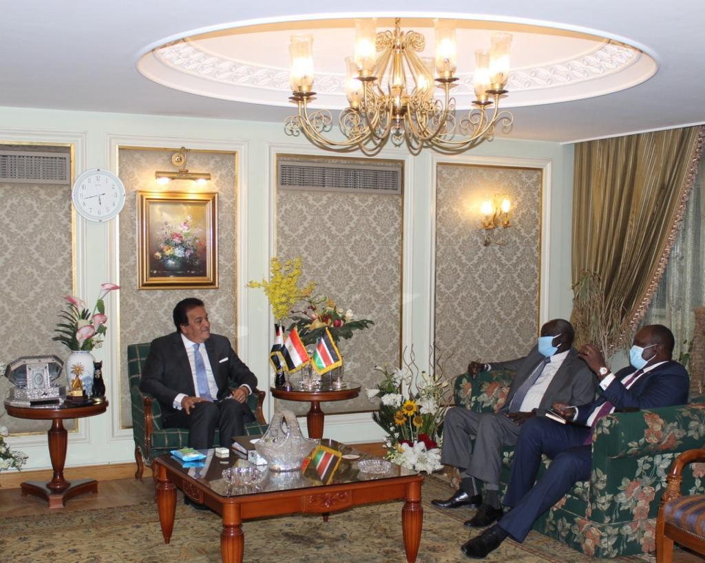 """الدكتور خالد عبدالغفار أثناء لقائه بوزير التعليم العالي والعلوم والتكنولوجيا بدولة جنوب السودان: """"الرئيس السيسي يولي اهتماما بالغا بالروابط المصرية الإفريقية"""""""
