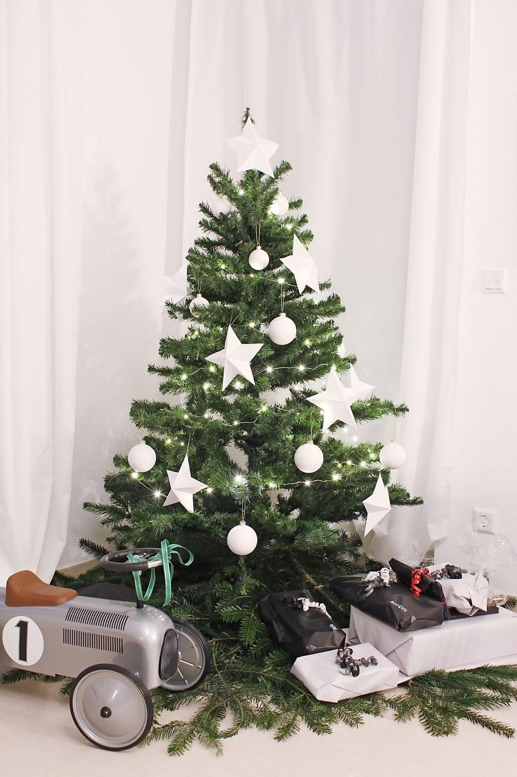 weihnachtlich geschmückter Tannenbaum in schwarz weiss mit Geschenken