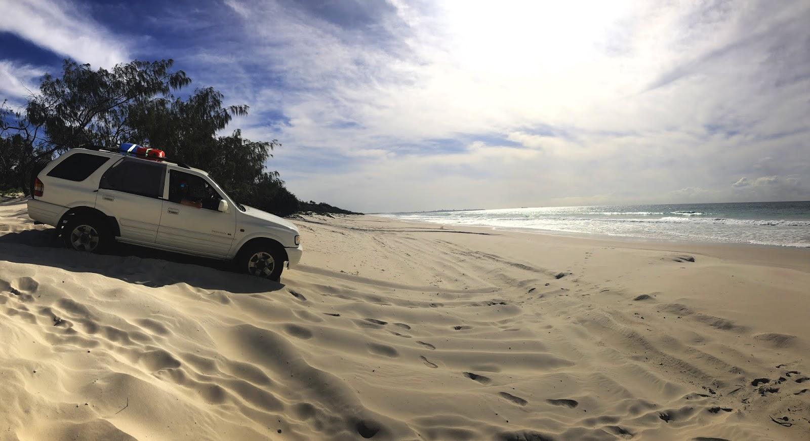 Samochód na plaży w Bribie Island National Park and Recreation Area