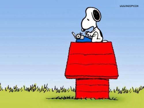 O cachorro do Snoopy escreve em sua máquina de escrever azul, sentado sobre sua casinha vermelha
