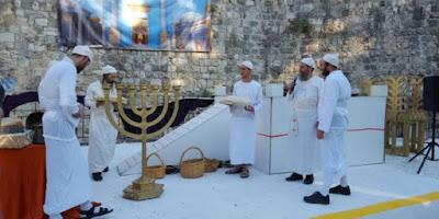 """El jueves, el día después de la fiesta de Shavuot, cientos de personas se reunieron en la ciudad vieja de Jerusalén para una recreación del servicio del templo conocido como bikurim, o la """"interposición de los primeros frutos""""."""