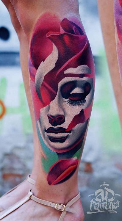 Tatuaje de un rostro relleno de pétalos de rosa