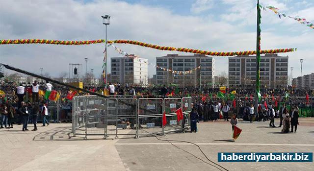 DİYARBAKIR-Diyarbakır'ın Bağlar ilçesinde düzenlenen newroz kutlama etkinliğinin düzenlendiği alana bıçakla girmeye çalışan şüpheli ile polis arasında kovalamaca yaşandı. Polisin şüpheliyi silahla vurduğu belirtildi.