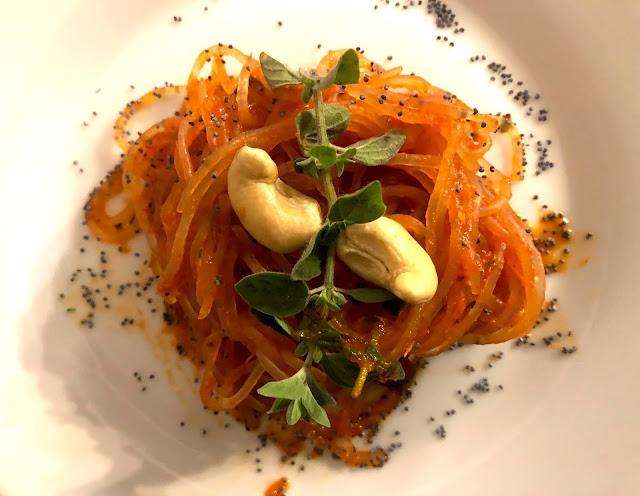 Spaghetti shirataki con crema di peperoni rossi e maggiorana