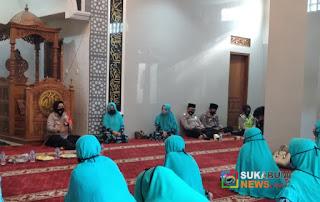 Kapolres Sukabumi Kota di hadapan ibu-ibu jamaah pengajian
