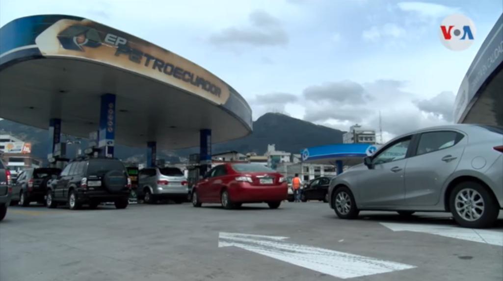 Colas de carros en las estaciones de servicio de Ecuador / VOA