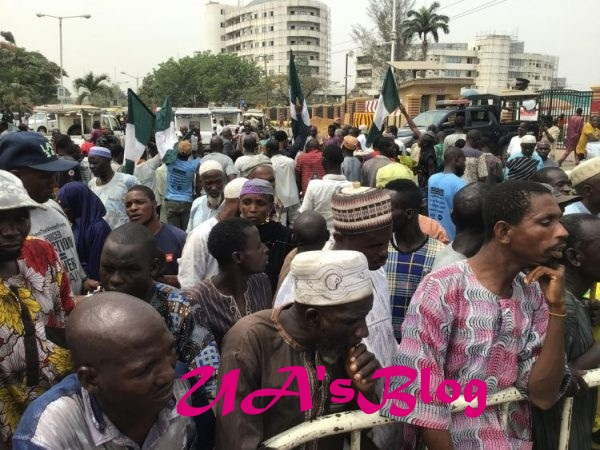 Lagos beggars protest at Governor Sanwo-Olu's office and House of Assembly (photos/video)